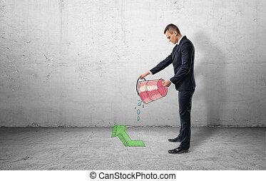 Hombre de negocios sosteniendo balde rojo con agua saliendo de él en Green Arrow apuntando hacia arriba