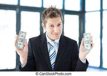 Hombre de negocios sosteniendo dólares
