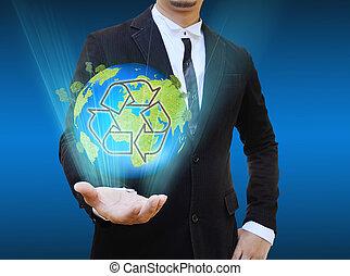 Hombre de negocios sosteniendo el reciclaje mundial