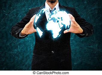 Hombre de negocios sosteniendo un mundo