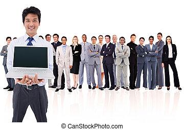 Hombre de negocios sosteniendo una laptop