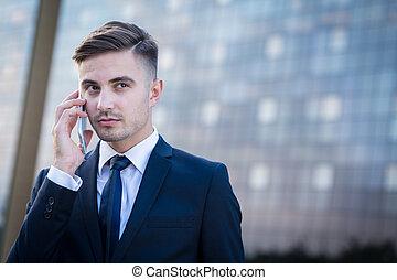 Hombre de negocios teniendo una llamada