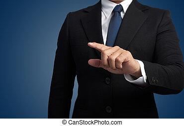 Hombre de negocios tocando una pantalla imaginaria