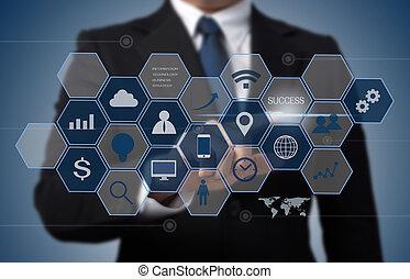 Hombre de negocios trabajando con la computadora moderna como concepto de tecnología de información