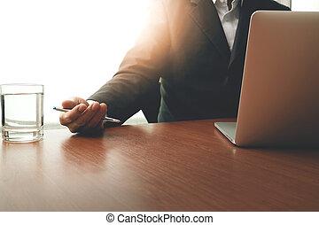 Hombre de negocios trabajando con tecnología moderna como concepto de estrategia de negocios