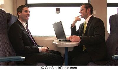 Hombre de negocios trabajando en un tren