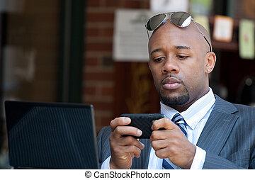 Hombre de negocios trabajando inalámbrico y móvil