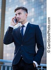 Hombre de negocios usando teléfono de negocios