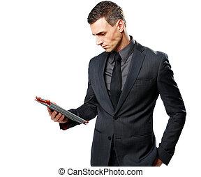 Hombre de negocios usando una computadora de tablet aislada en un fondo blanco