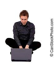 Hombre de negocios usando una laptop