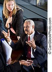 Hombre de negocios y mujer de negocios en una reunión