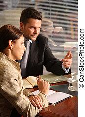 Hombre de negocios y mujer hablando en la oficina