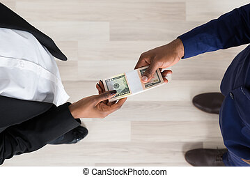 Hombre de negocios y mujer intercambiando dinero