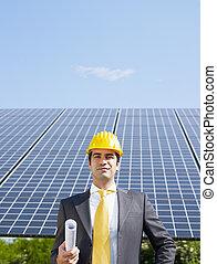 Hombre de negocios y paneles solares