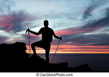 Hombre de senderismo en montañas, océano y atardecer