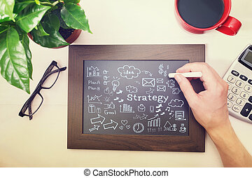 Hombre dibujando dibujos estratégicos en pizarra