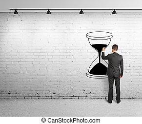 Hombre dibujando reloj de arena