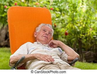 Hombre disfrutando en cama solar