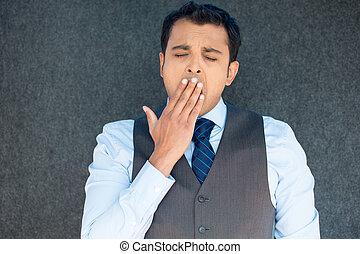 Hombre dormilón bostezando