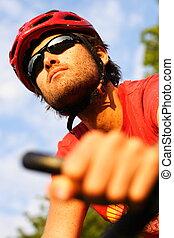 Hombre en bicicleta de montaña