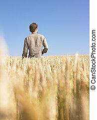 Hombre en campo de trigo