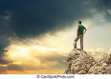 Hombre en la cima de la montaña.
