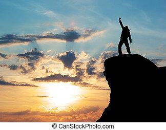 Hombre en la cima de la montaña