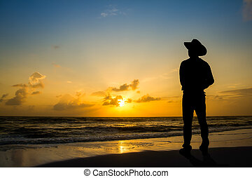Hombre en la mañana en la playa.