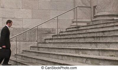 Hombre en los escalones del edificio