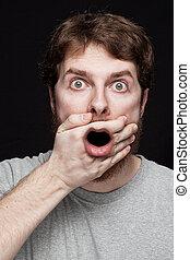 Hombre en shock después de encontrar noticias secretas