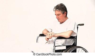 Hombre en silla de ruedas esperando a su enfermera