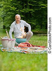 Hombre en un picnic al aire libre