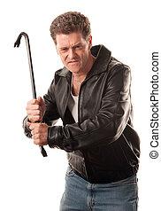 Hombre enojado sosteniendo una palanca