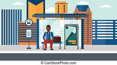 Hombre esperando el autobús.