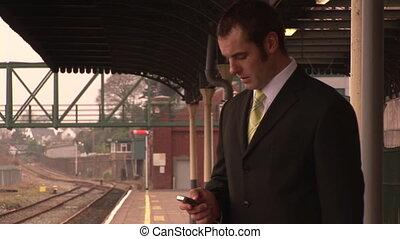 Hombre esperando el tren