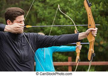 hombre, guapo, practicar, tiro al arco