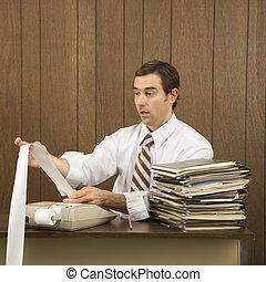 Hombre haciendo trabajo de oficina.