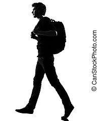 Hombre joven silueta mochilero caminando