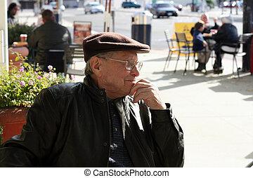 Hombre mayor al aire libre