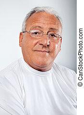 Hombre mayor con gafas