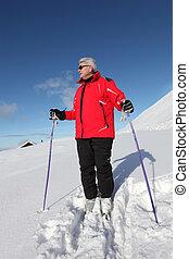 Hombre mayor esquiando