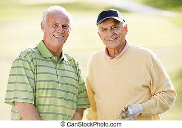 Hombre, mujer, pareja, golf, campo de golf, sonriente, adulto mayor, ve