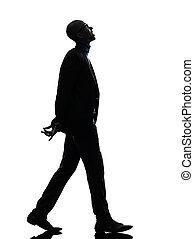 Hombre negro africano caminando mirando hacia arriba silueta sonriente