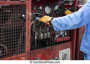 Hombre operando máquina