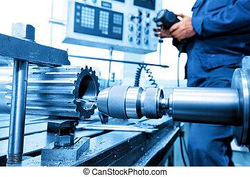 Hombre operando perforación CNC y máquina aburrida. Industria