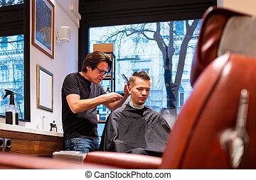 hombre, peluquero, joven, trims, pelo, maquinilla de afeitar
