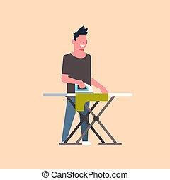 Hombre planchando ropa de tipo sosteniendo hierro haciendo tareas domésticas concepto de dibujos animados masculinos de largo y largo fondo gris