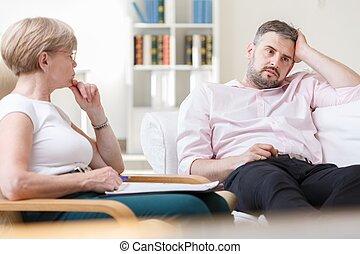Hombre problemático hablando con psicólogo