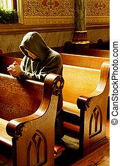 Hombre rezando en la iglesia
