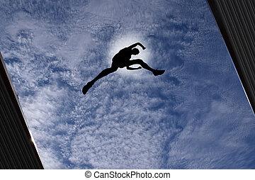 Hombre saltando sobre el techo del edificio